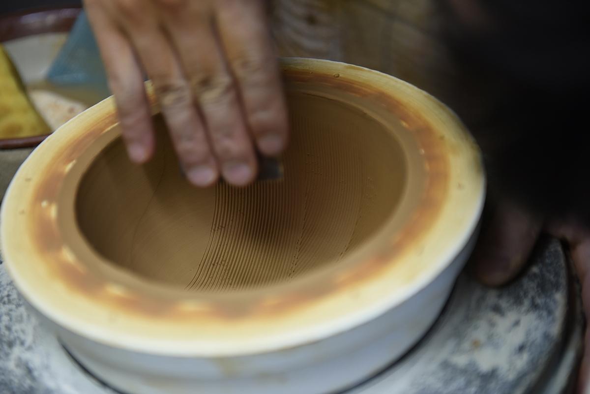 耐水性・耐酸性・耐アルカリ性に優れ、硬く丈夫な器をつくる石見の土は、すりおろし道具として最適。写真はすり鉢の製造工程。「おろし器」|もとしげ