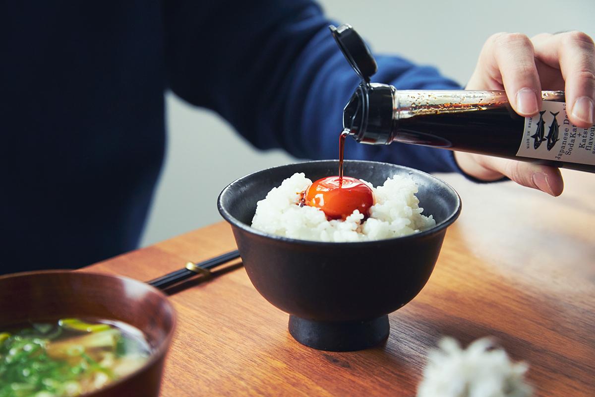 炊きたてご飯や餃子のタレやドレッシングにしても絶品!うまみが凝縮!いつもの調味料が宗田節で輝きだす、つぎ足して使える「だし醤油&だし酢(化粧箱入り)」|SHIMANTO DOMEKI COMPANY