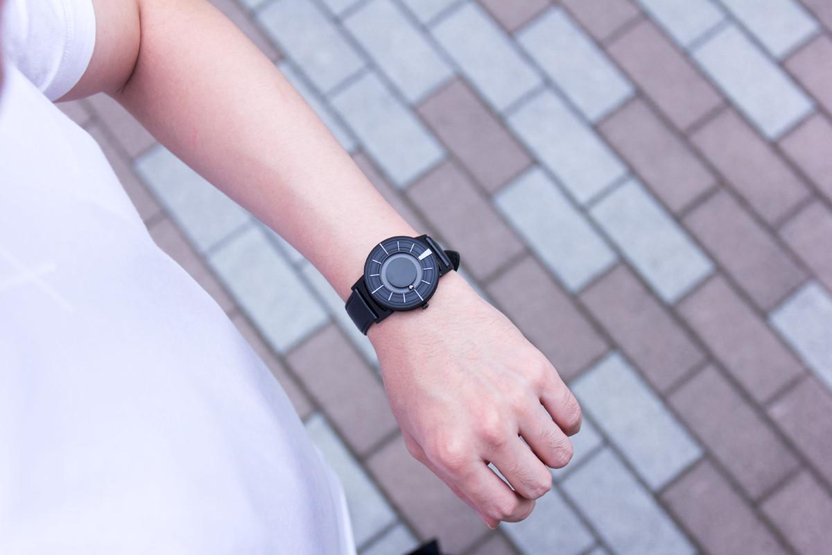 幾度もの視覚障がい者の方々からのヒアリングを重ね針を無くした「腕時計」 | EONE《EDGE》