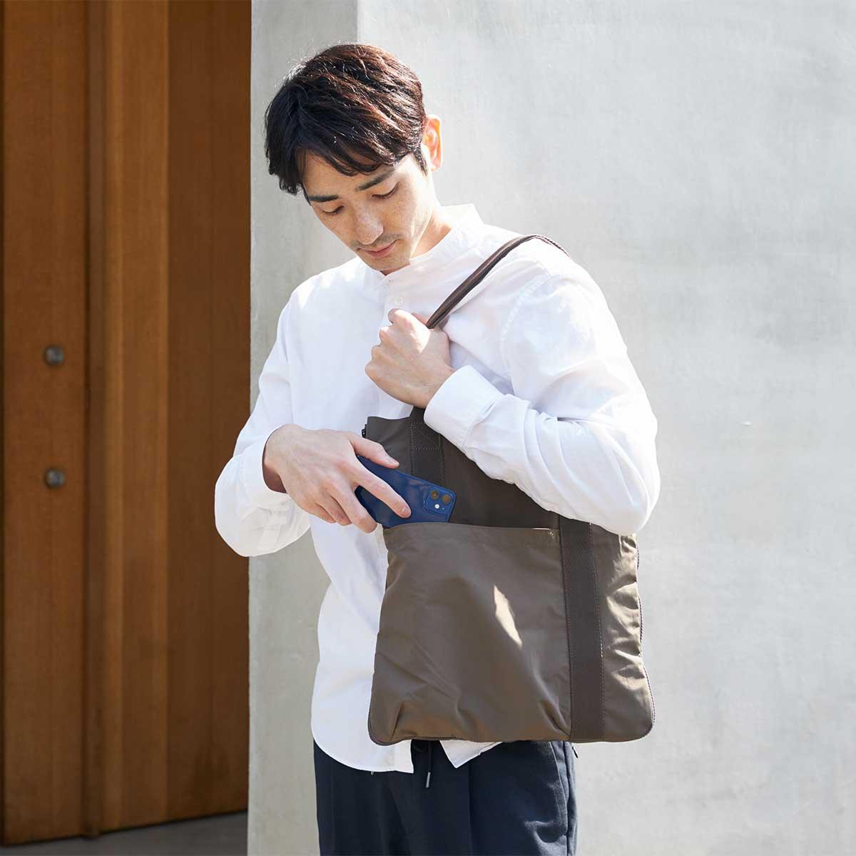 長財布、スマホ、キーケースくらいは、余裕で収納できる、手が入りやすい、ふっくら外ポケット。薄型トートバッグが大容量バッグに変身するバッグ|WARPトランスフォームジッパーバッグ