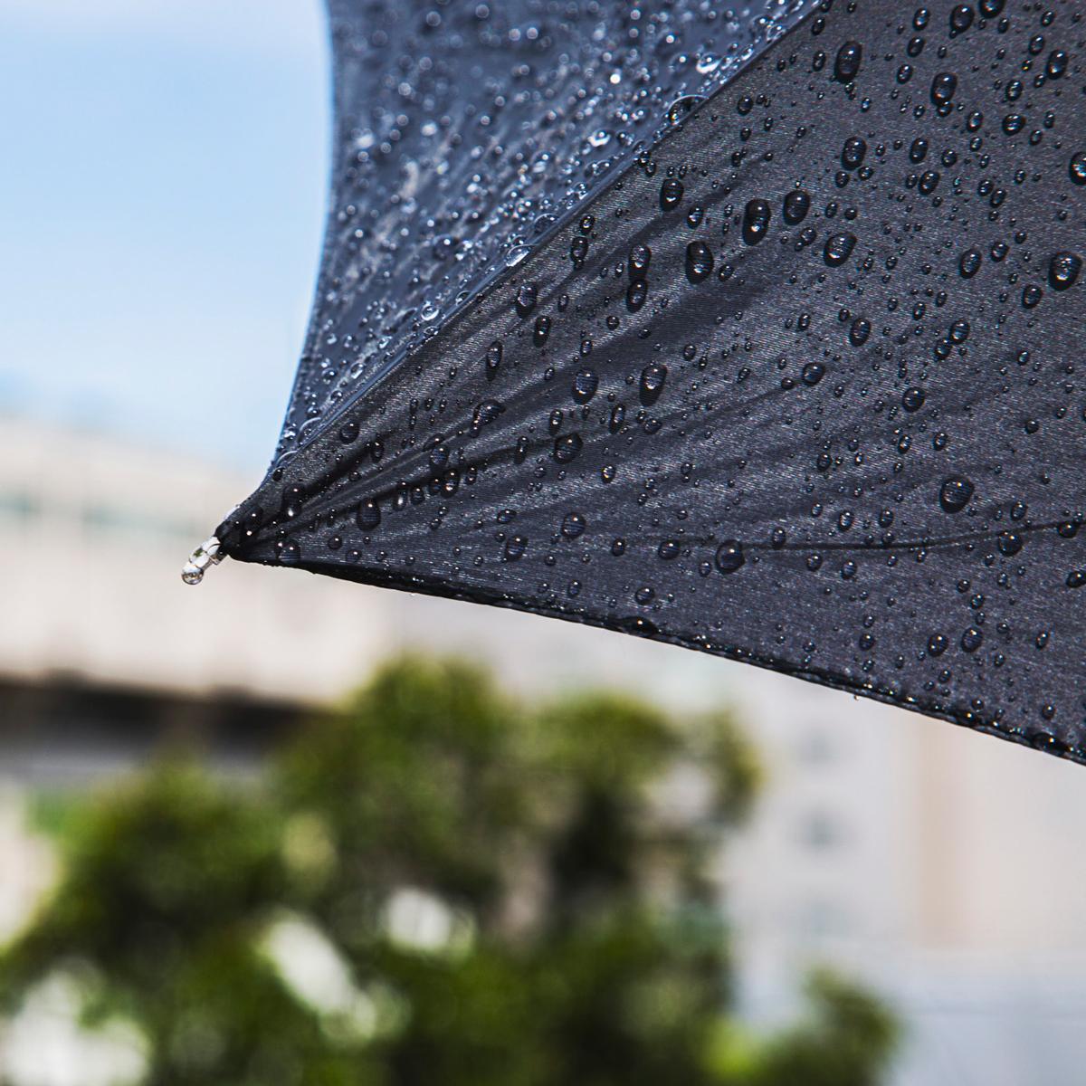 マイクロ傘の生みの親は、創業83年の老舗傘メーカー『スギタ』。昨今の豪雨にも耐えうる強度を保ちながら、携帯傘のサイズを限界まで小さく設計しました。折りたたみ傘「マイクロ傘」|スギタ