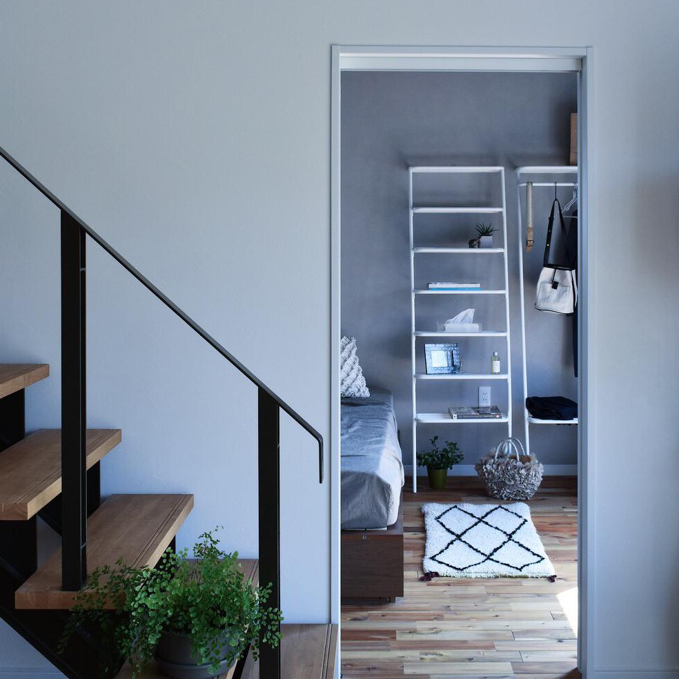 リビング・寝室・キッチン・玄関、どこにでもすんなり置ける。お気に入りのコレクションや愛用品をドンドン載せるだけで絵になる!シンプルな「立て掛け式スチールラック」|DUENDE WALL RACK(デュエンデ ウォール ラック)