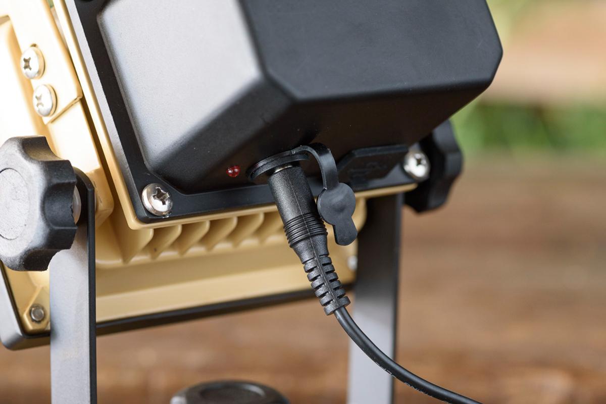 「USB充電用ケーブル」と「電源アダプター」がそれぞれ付属しているので、コンセントからも、パソコンなどのUSBポートからも、充電ができます|上下左右に自在に動いて、部屋も庭もドラマチックに照らしてくれる。スマホ充電もできる「LEDスポットライト」|RECHARGE LIGHT(リチャージライト)
