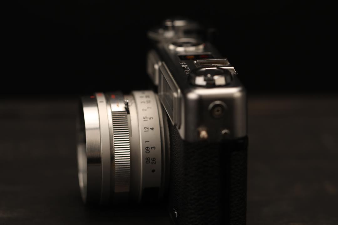 「YASHICA」は、1965年に世界初の電子制御シャッターを搭載した「ヤシカエレクトロ35」をつくった、日本の伝説カメラメーカーの名前。トイデジカメ YASHICA