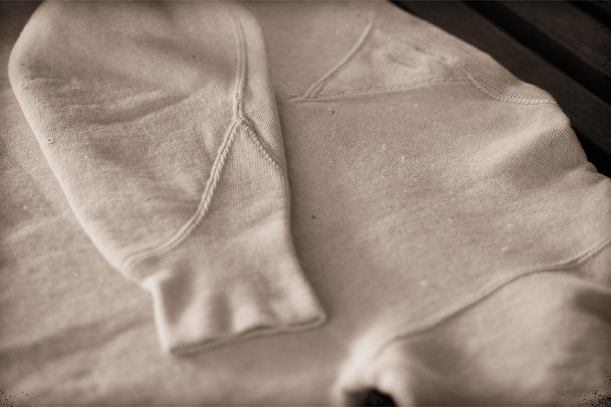 本品の原型となったヴィンテージ・フットボールシャツ(1920年代後半)|スポルディング社の名作の復刻版。スポルディング社の名作から再構築された、動きまわり軽やかな「フットボールスウェット」|A.G. Spalding & Bros
