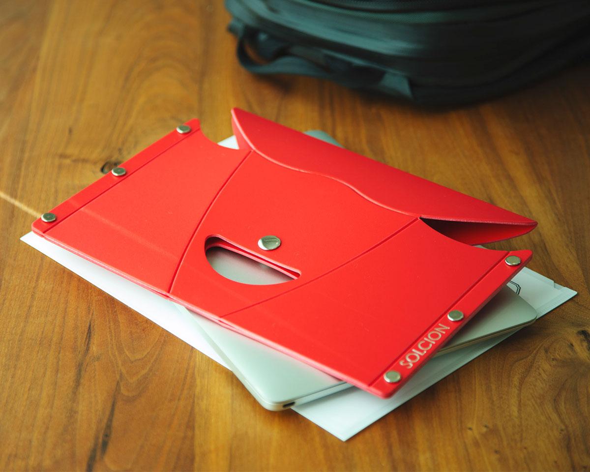 持ち運びに便利な超コンパクトサイズ。リュックやサブバッグの中にもすっぽり。わずか200gの軽さで、持ち運びもストレスフリーなイス|PATATTO
