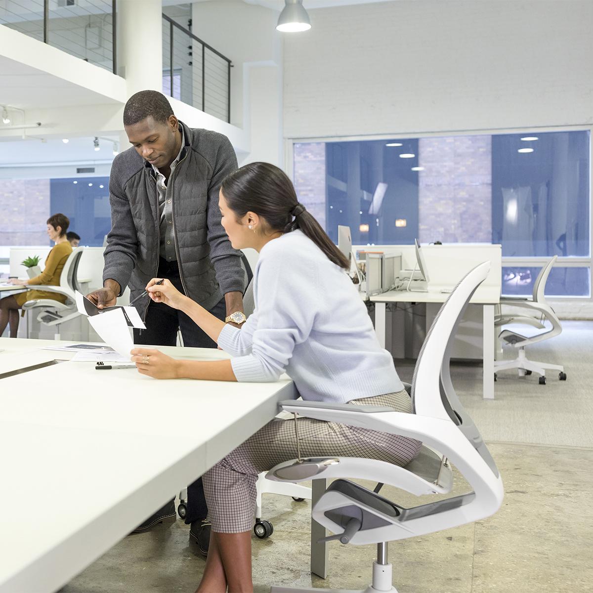 「腰を動かす」ことは、健康への第一歩。座ったまま動ける、意識しないで、いつでも「気持ちいい仕事姿勢」が続くワーキングチェア|Elea Chair