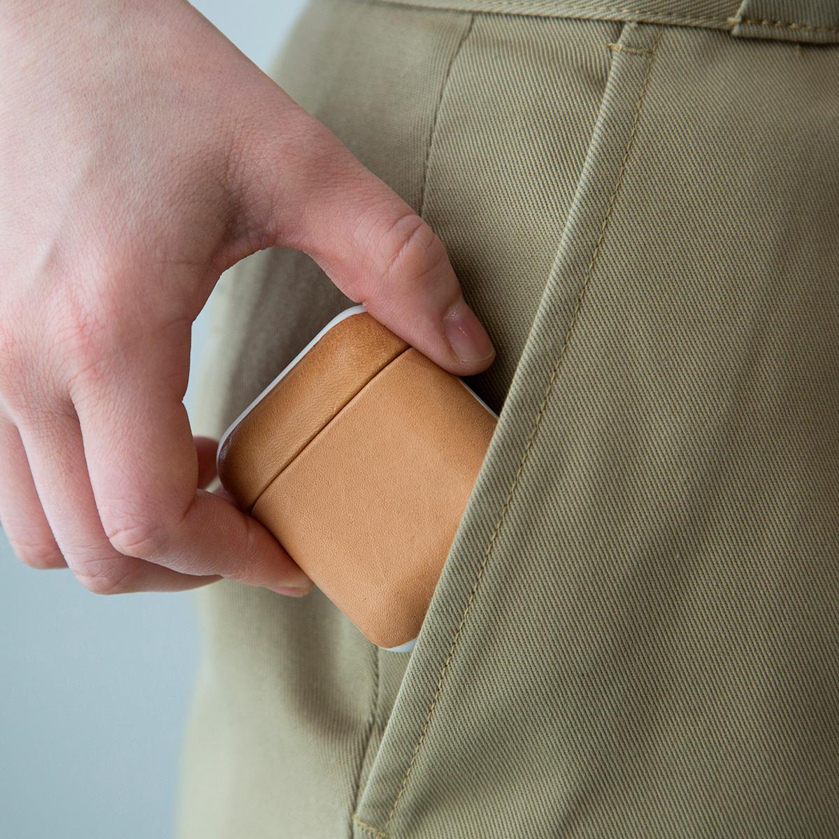 わずか12gと軽く、最初から革を纏っていたかのような自然なフィット感のヌメ革のAirPodsケース・Apple Watchバンド|NOMAD