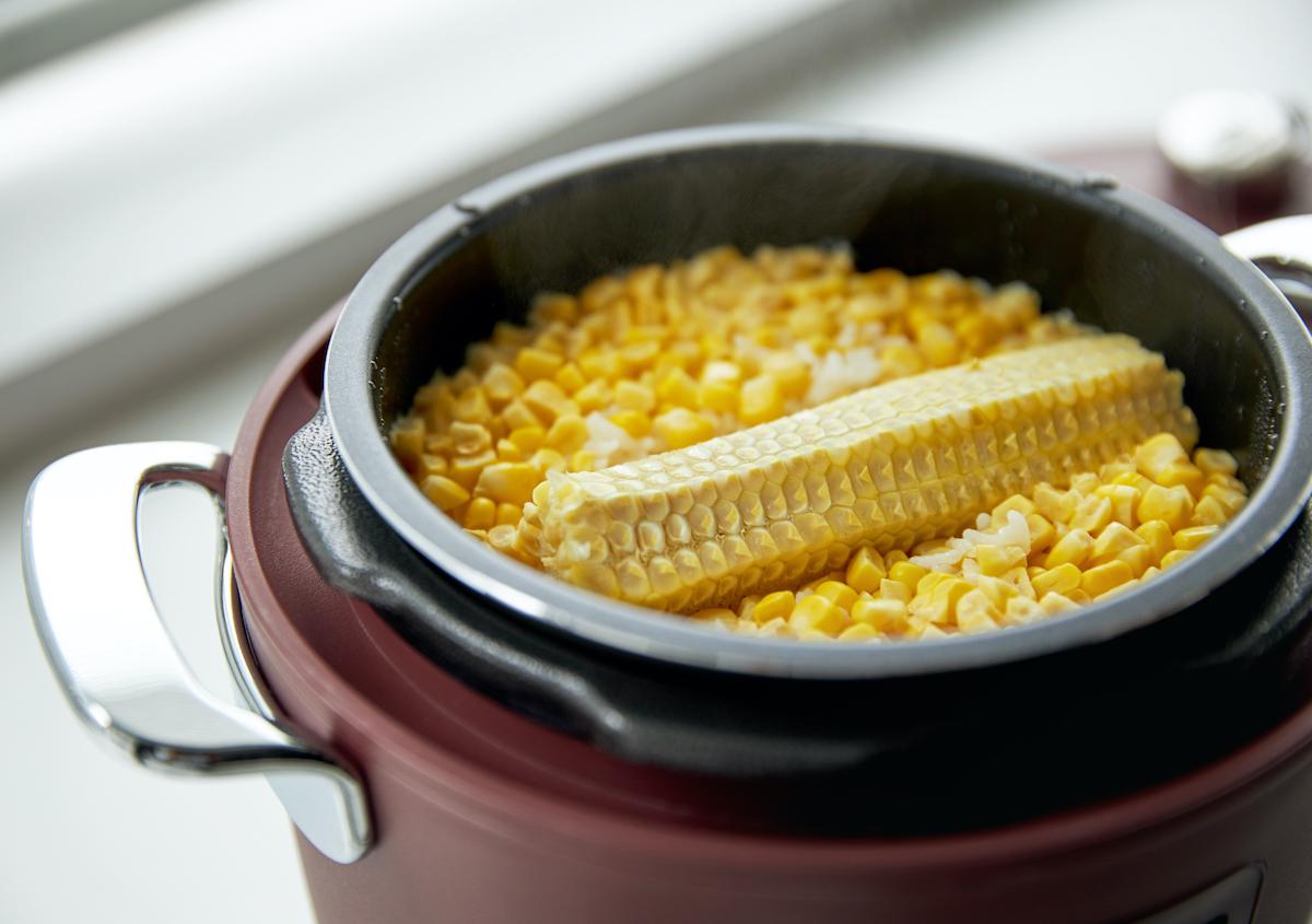 『Re-De Pot』の炊飯機能もおすすめ。白米も玄米もたった25分で、ムラなくふっくら炊き上がります。肉はジューシーに、ジャガイモはホクホクに下ごしらえ!炊飯も調理も楽チンで早い「アシスト調理器・電気圧力鍋」|Re-De Pot(リデ ポット)