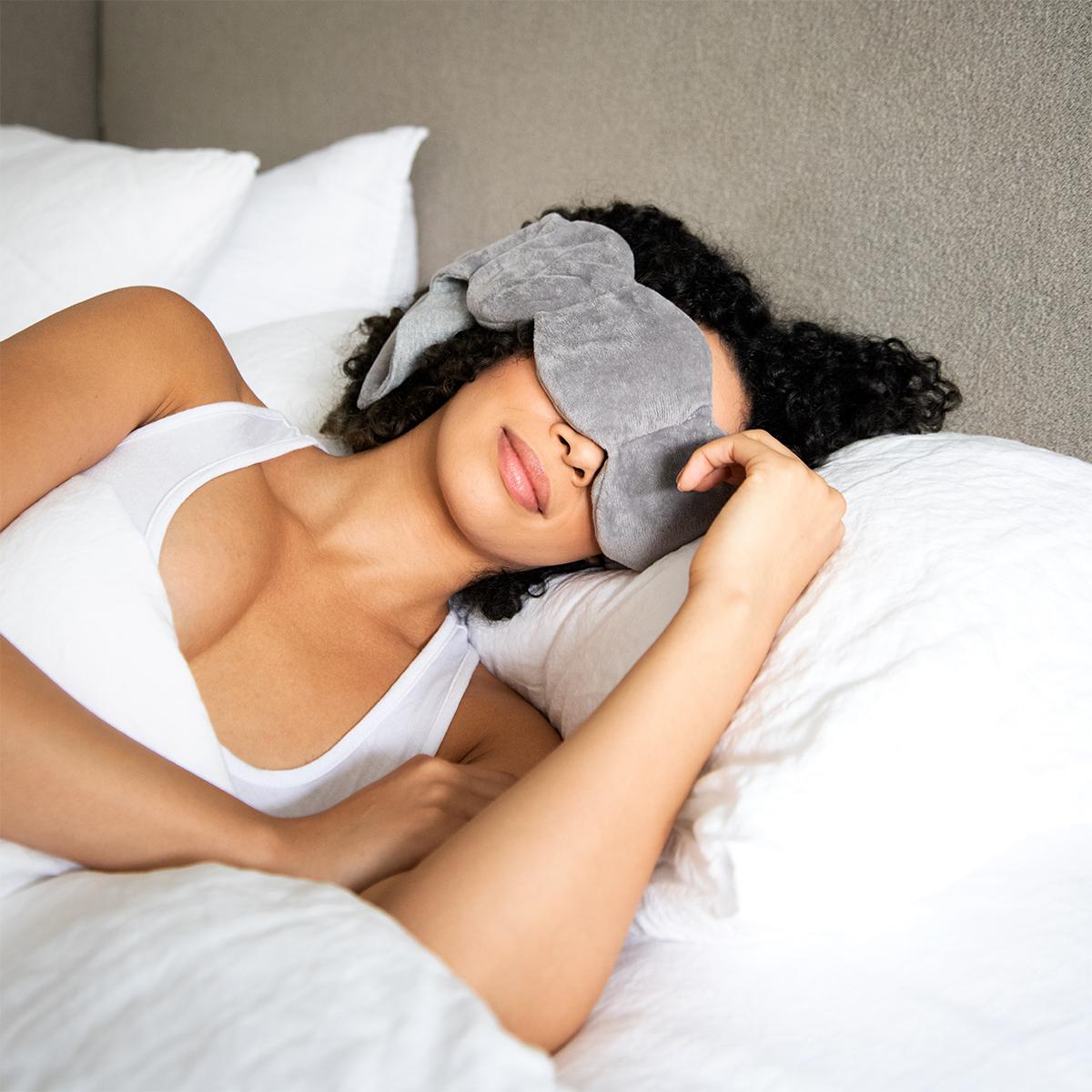 「ハグされているような安心感」を与えてくれます。目の上に乗せるだけ、穏やかな重みで夢の世界へ。寝返りを打ってもズレにくい「スリープマスク」|nodpod(ノッドポッド)