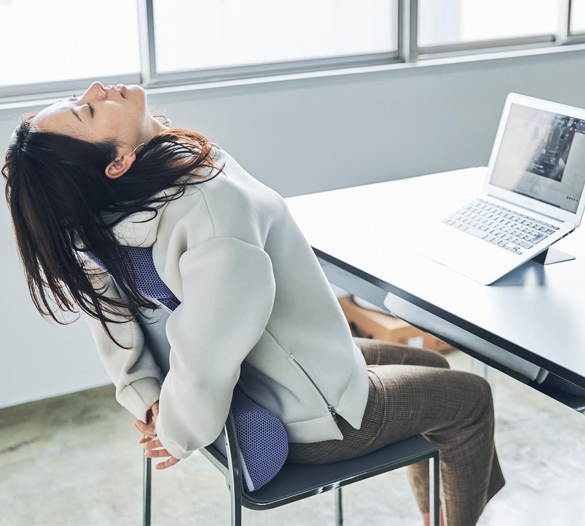 背中|手軽に3ヵ所の筋肉(大胸筋・腹直筋・大腰筋)を的確にストレッチできる、考え抜かれたデザイン。予約殺到「ソリデンテ南青山」サロンの技を自宅で体感できる「ストレッチ枕」|ミオドレ式寝るだけストレッチ枕