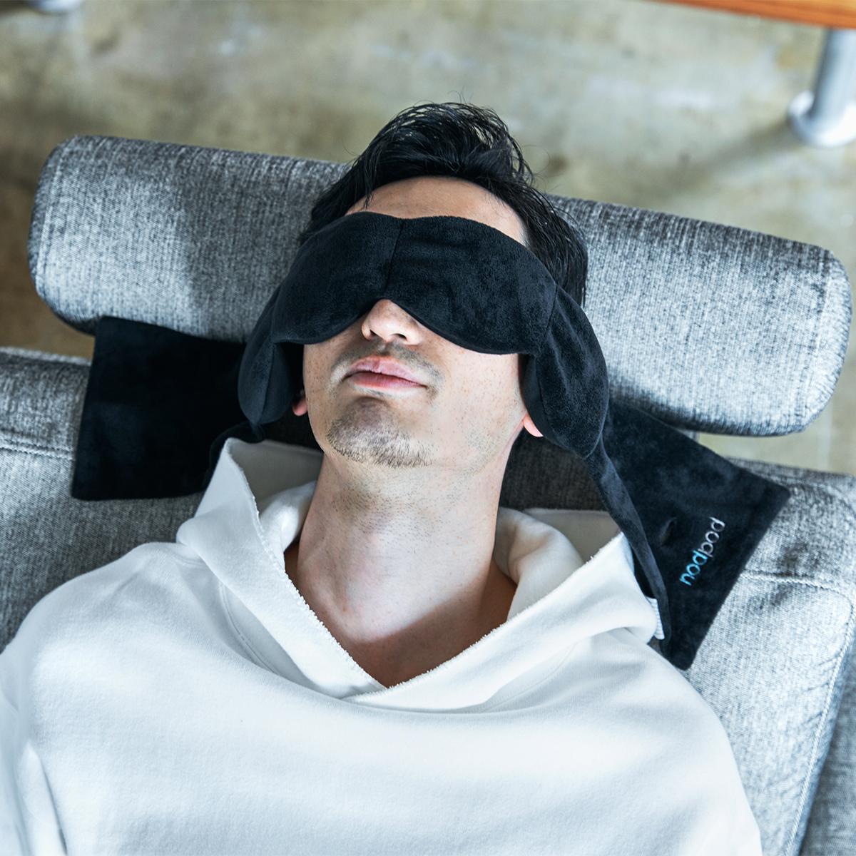 イヤーマフをふんわり乗せているように暖かくて気持ちいい。目の上に乗せるだけ、穏やかな重みで夢の世界へ。寝返りを打ってもズレにくい「スリープマスク」|nodpod(ノッドポッド)