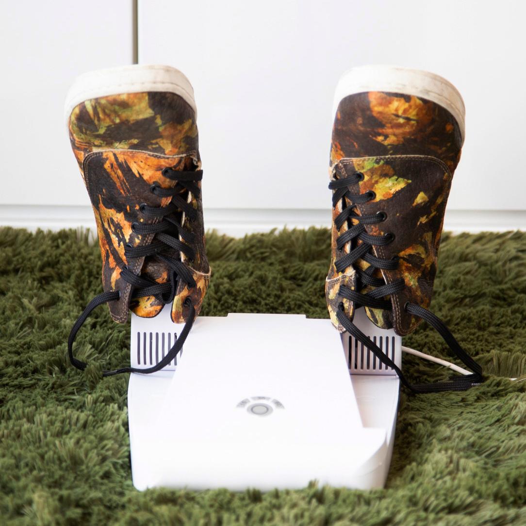汗で湿った靴を、50℃という低温の風でゆっくり乾かすので、デリケートな革靴も、傷めにくい。15分置くだけ、紫外線でニオイも水虫菌も洗える「靴クリーナー」|RefreShoes(リフレシューズ)