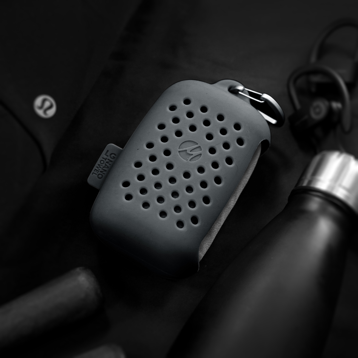 蒸れにくく、不快なニオイも防げる構造のケース。極薄&超軽量なのに驚きの吸水速乾性。小さくたためて、ビーチやジムでもっと身軽になれる「ナノドライタオル」 | Matador NanoDry Shower Towel