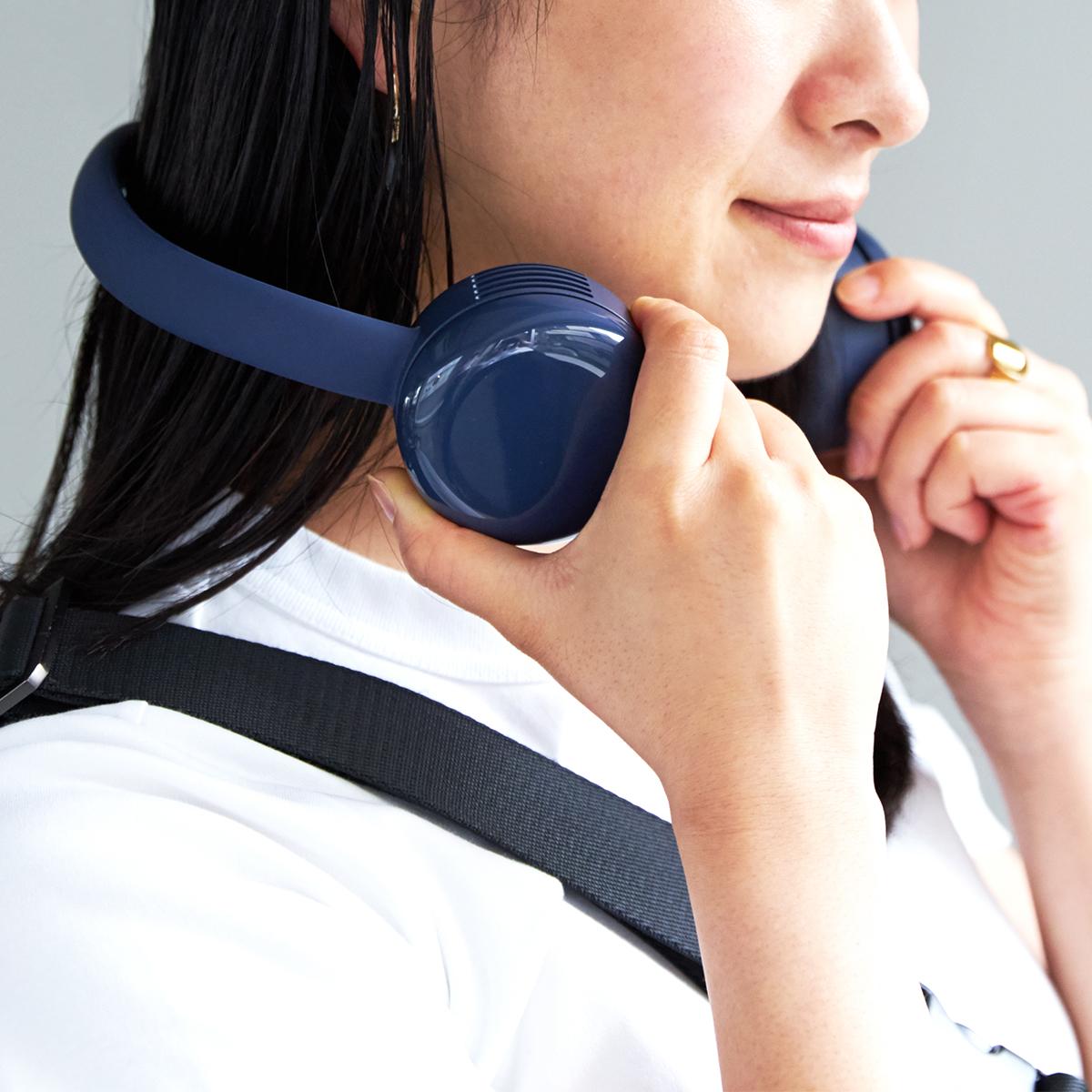 ネックバンドの幅も調節できるから、男性も女性も、首にちょうどよくフィット。手ぶらで、心地よい風を浴びながら、通勤や買物に行ける「羽根なし扇風機」|FLEX