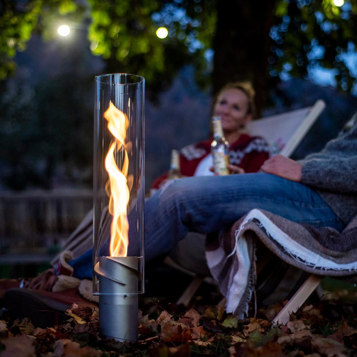 ガーデン・アウトドアランタンとして地面に直接置いて使用。煙突効果で炎が廻りながら上昇!煙が出にくい安全燃料の「テーブルランタン&ガーデントーチ」|Hofats SPIN(ホーファッツ スピン)