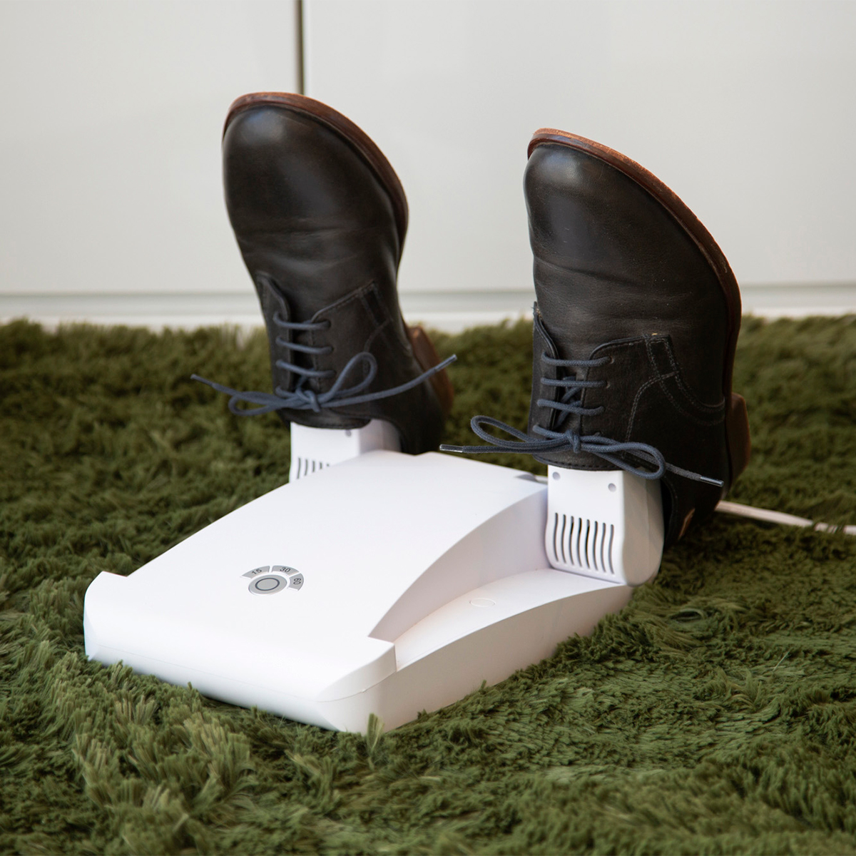 自宅で簡単に靴ケア。光触媒と紫外線の効果で、ニオイやカビ、水虫菌を元から分解。さらに、50℃の低温風で、やさしく乾燥。「靴クリーナー」|RefreShoes(リフレシューズ)