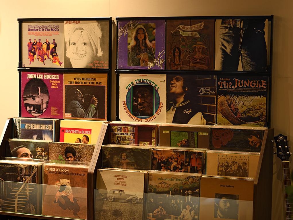 お店のような、迫力あるジャケットディスプレイを、わが家で楽しめる大容量レコードラック|レコードディスプレイラック