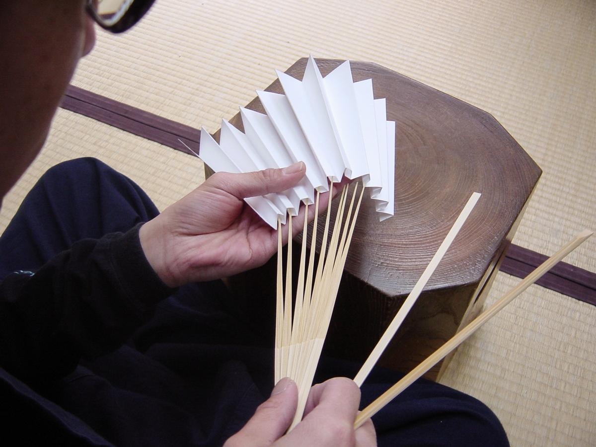 京都のベテラン職人たちによる手仕事で作られた「京扇子」|MOYÖ 扇子