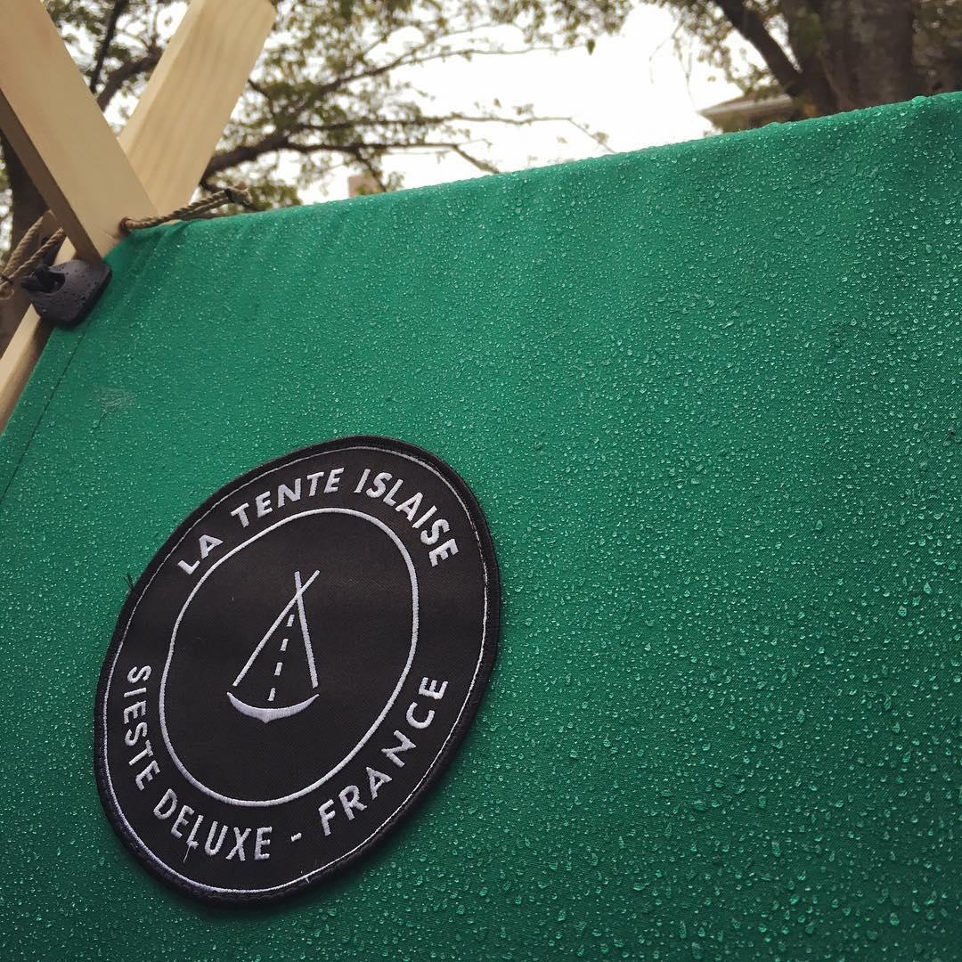 帆布製のシェードは厚みも撥水性もあって、洗練されたフレンチデザイン「帆布テント」|LA TENTE ISLAISE(ラ・タント・イレーズ)