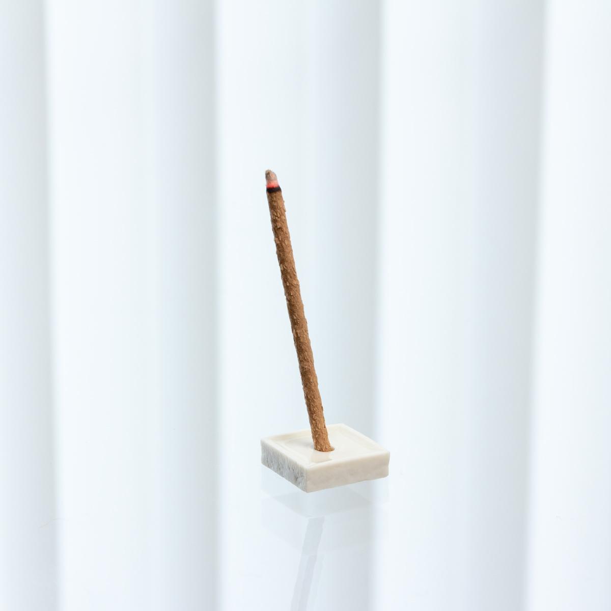 会議中でも議論が行き詰まったら、思考のリセットとして活躍する。ミニ香立が付くインセンススティック(お香)|KITOWA