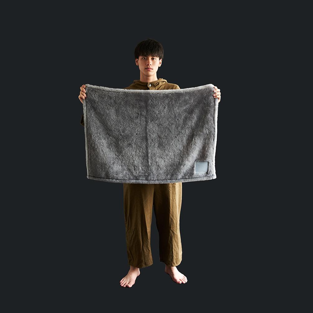 癒しグレーが叶える、あったか快眠空間。ふんわり毛足2cmのメリノウールが気持ちいい!軽い掛け心地の「毛布」|SERENE