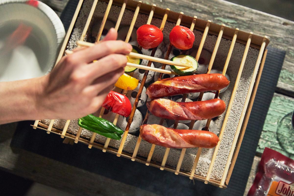 肉も野菜も「外はパリッ、中はふっくら」の食感に。だから、炭火焼きはおいしい!肉の脂が垂れても、炎が燃え上がりにくい構造(特許出願中)|ベランダや卓上で焼ける、全て天然素材でできたコンパクトなインスタントグリル。CASUS社のCraft Grill(クラフトグリル)