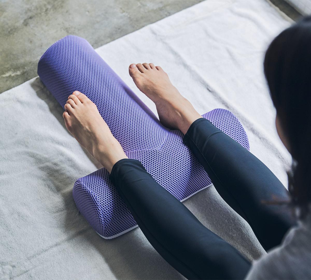 脚|手軽に3ヵ所の筋肉(大胸筋・腹直筋・大腰筋)を的確にストレッチできる、考え抜かれたデザイン。予約殺到「ソリデンテ南青山」サロンの技を自宅で体感できる「ストレッチ枕」|ミオドレ式寝るだけストレッチ枕