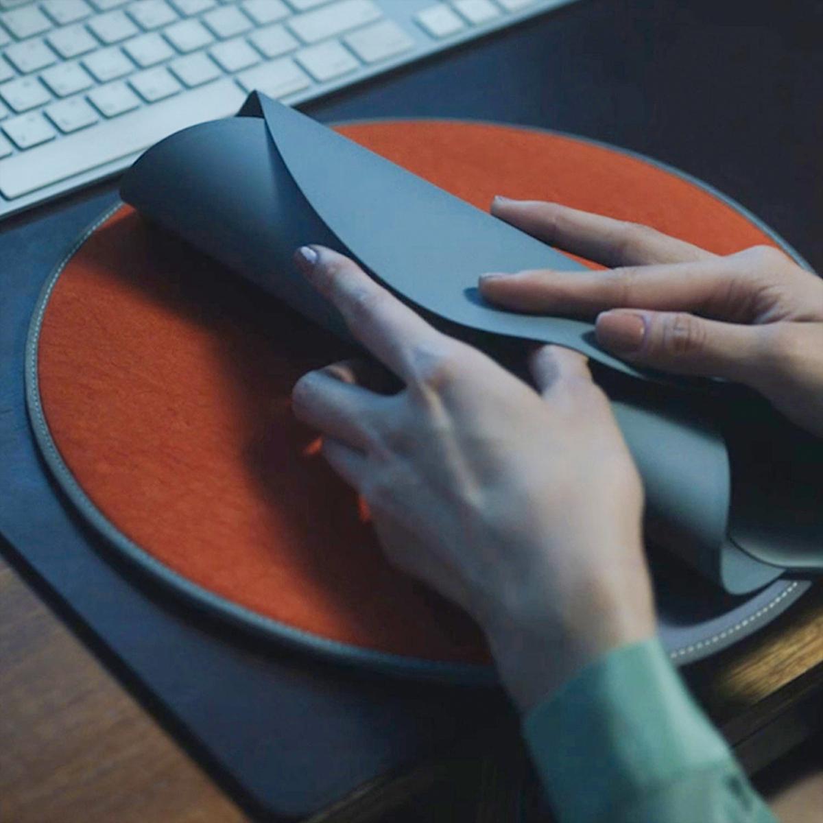 事故や火災などのトラブルを防ぐ、ふたつの安全システムも必見。オフィス・旅行・アウトドアに!開発に10年かけた、インクで安全発熱するシート型ヒーター「USB式温熱マット」|INKO(インコ)