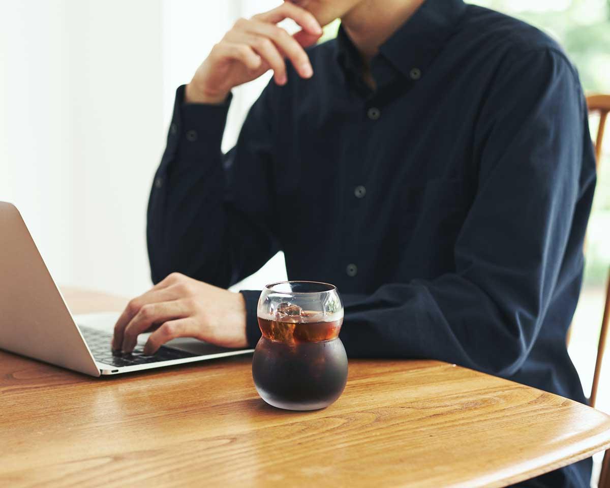 テーブルに置いた時にも持った時も安定感があるから安心。持ちやすさ、使いやすさ抜群。丸みとくびれのあるお洒落なデザイン|双円(そうえん)のグラス