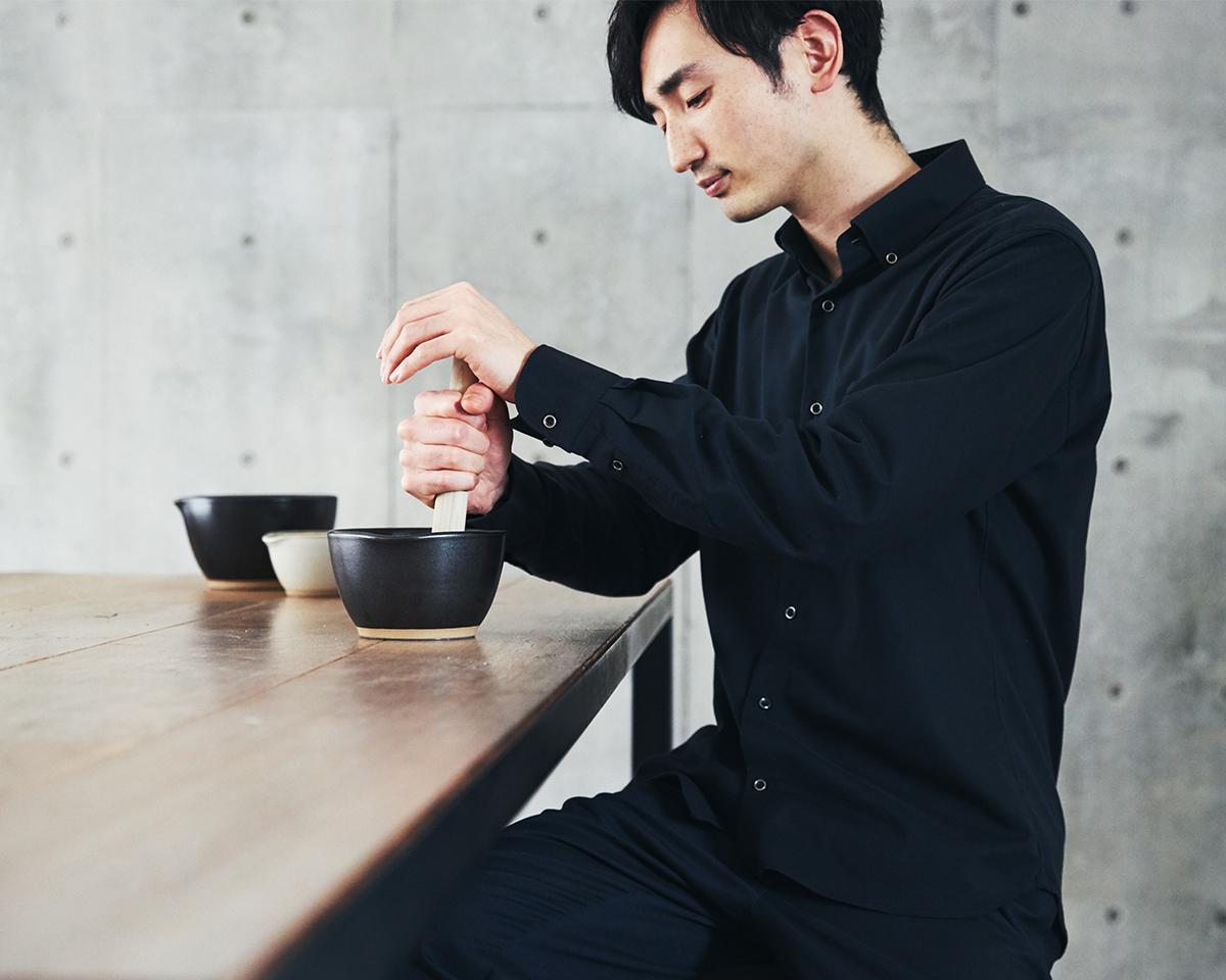 ガリガリというリズミカルな音を聞きながら、香ばしいコーヒーの香りがふわぁ〜っと漂い、心地いい。鉢の中で玉子サンドやポテトサラダが完成!そのまま器になる石見焼のすり鉢とすりこぎ棒|もとしげ