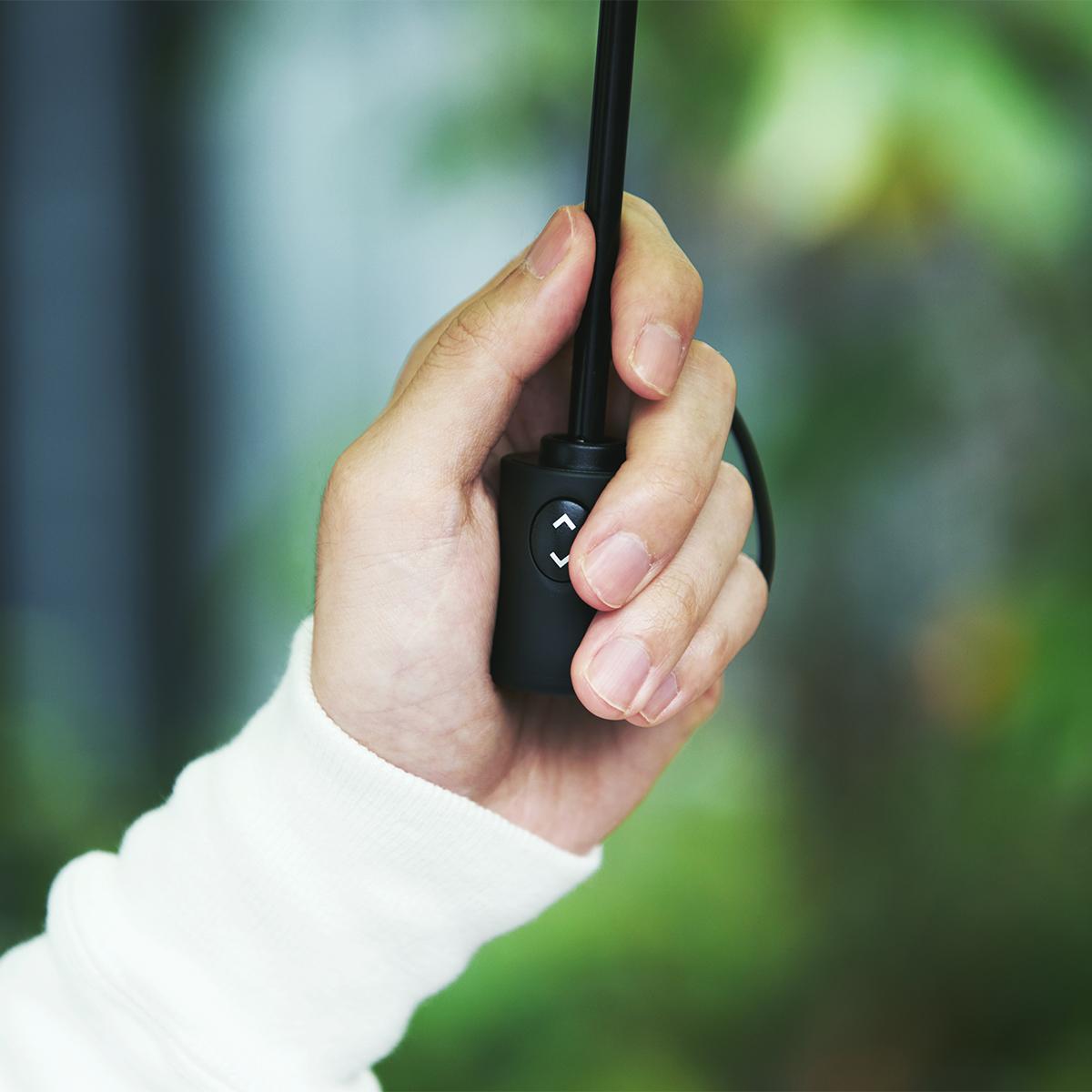 ④ 小型ハンドル|親指1本でカンタン開閉、なのに驚くほど軽い!風に強く、丈夫な構造の「ワンタッチ開閉式折りたたみ傘」|VERYKAL