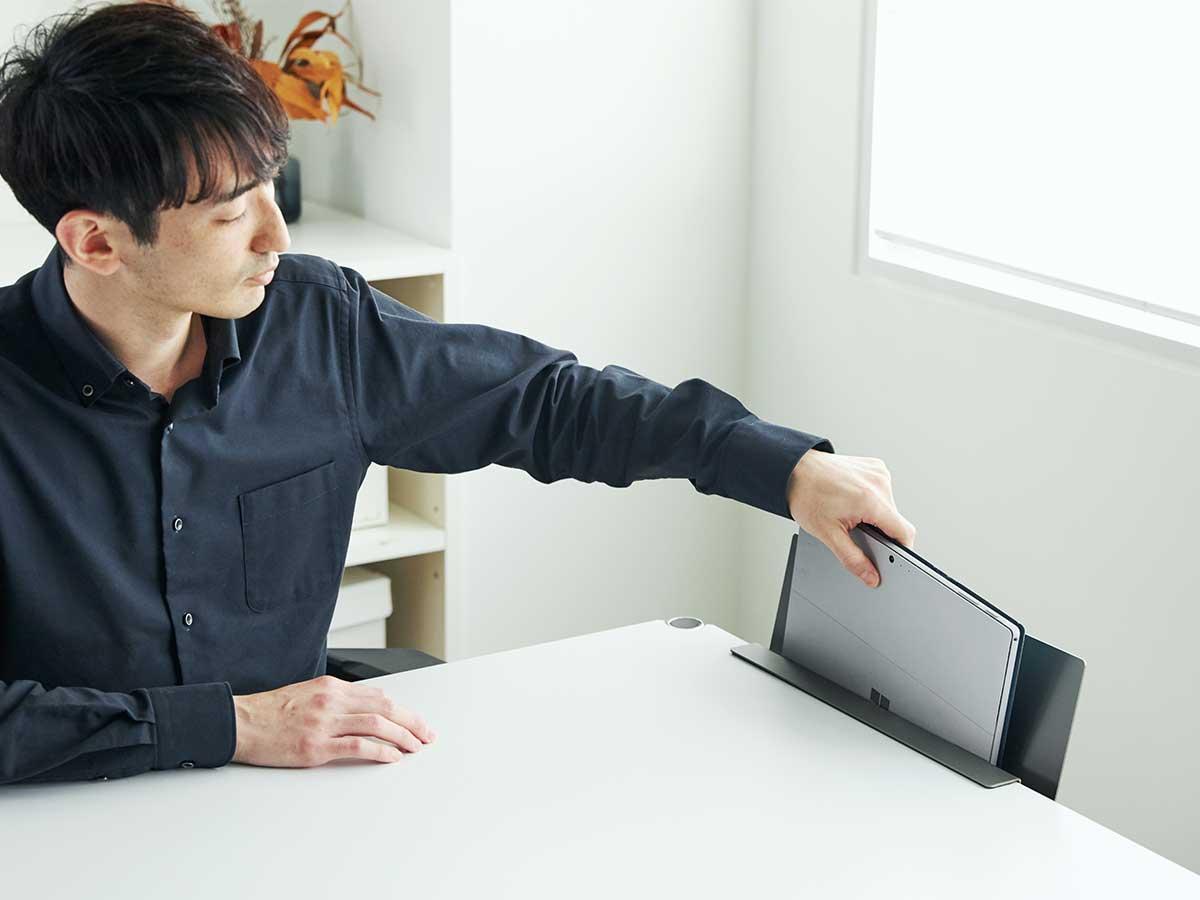 ノートパソコンや雑誌を差しても、問題ありません。デスクの書類を瞬時に片づけ、途中のタスクをすぐ再開できる「貼るデスクラック」|ZENLET The Rack(ゼンレット ザ ラック)
