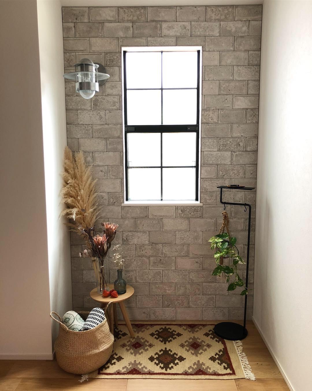 傘、バッグ、植物も掛けられる支柱はストールやマフラーを掛けるのにもピッタリ。空間に静かに溶け込みながら、あなたの暮しを、グッと心地よく変えてくれる「スタンド型のトレイ」|DUENDE TILL