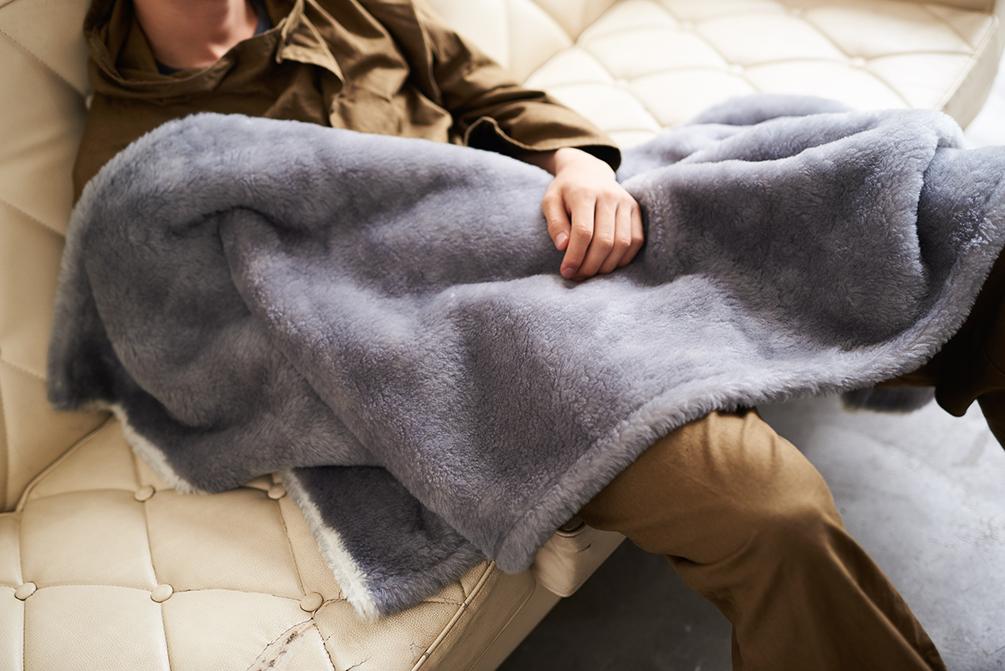 「子どものときから、大人になっても、いつもそばにある自然素材のやさしさと、ずっと使っていける色・デザイン」。癒しグレーが叶える、あったか快眠空間。ふんわり毛足2cmのメリノウールが気持ちいい!軽い掛け心地の「毛布」|SERENE