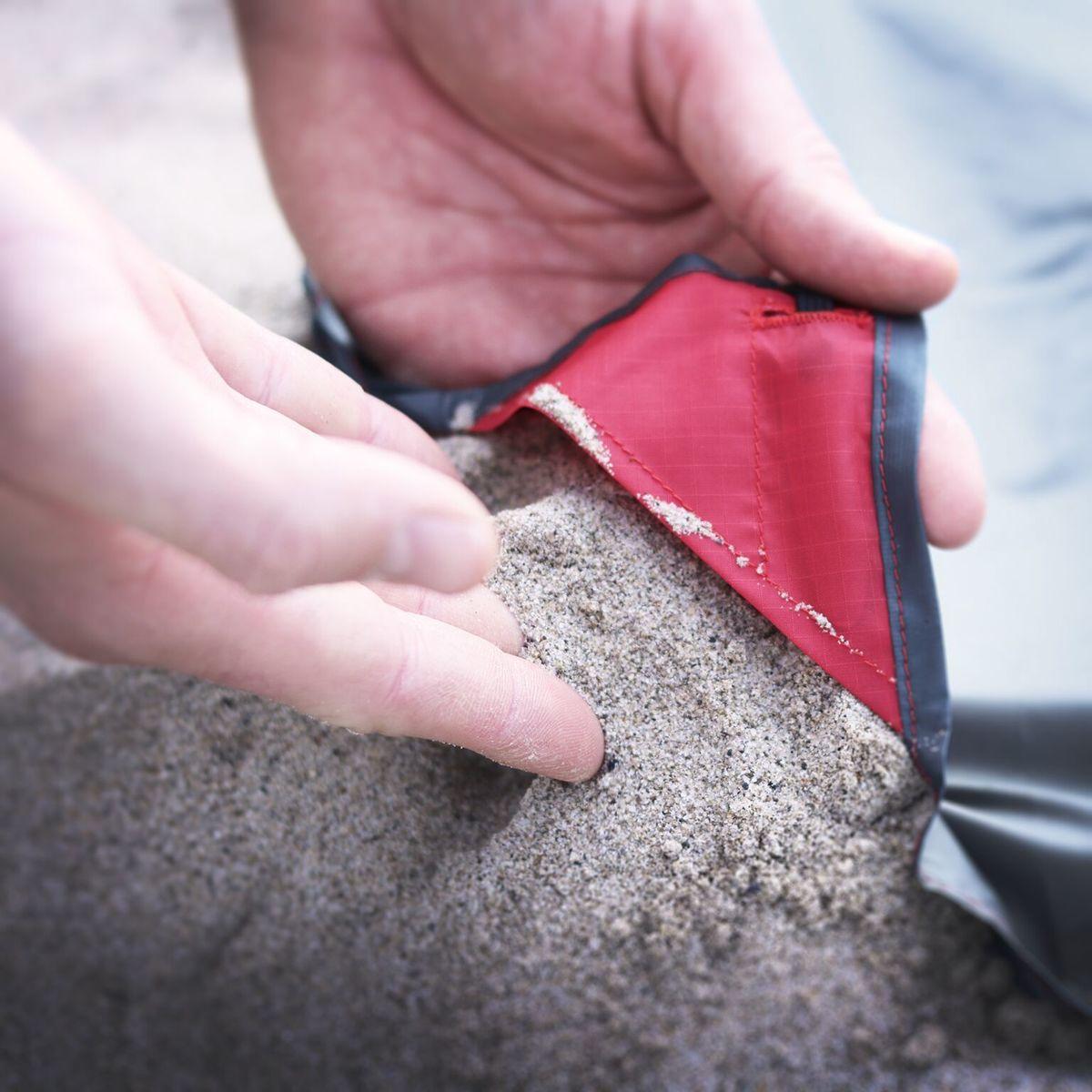 砂を入れて重さで固定することもできる。手のひらサイズにたためる撥水仕様のレジャーシート|Matador POCKET BLANKET