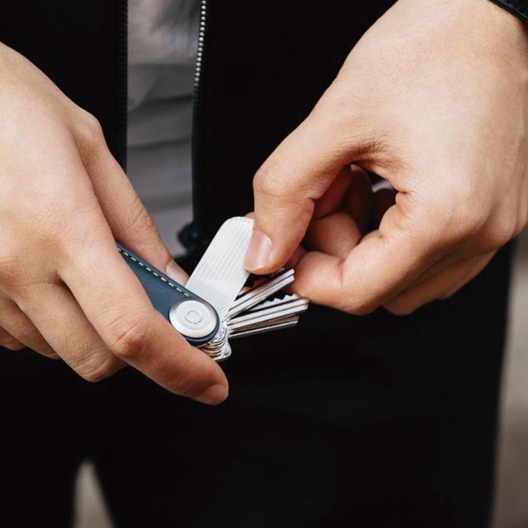 うっかり伸びたままの爪や、割れが入った爪の先を、サッとこするだけで、きれいに整えることができる便利な「ミラー&爪やすり」|Orbitkey Accessory