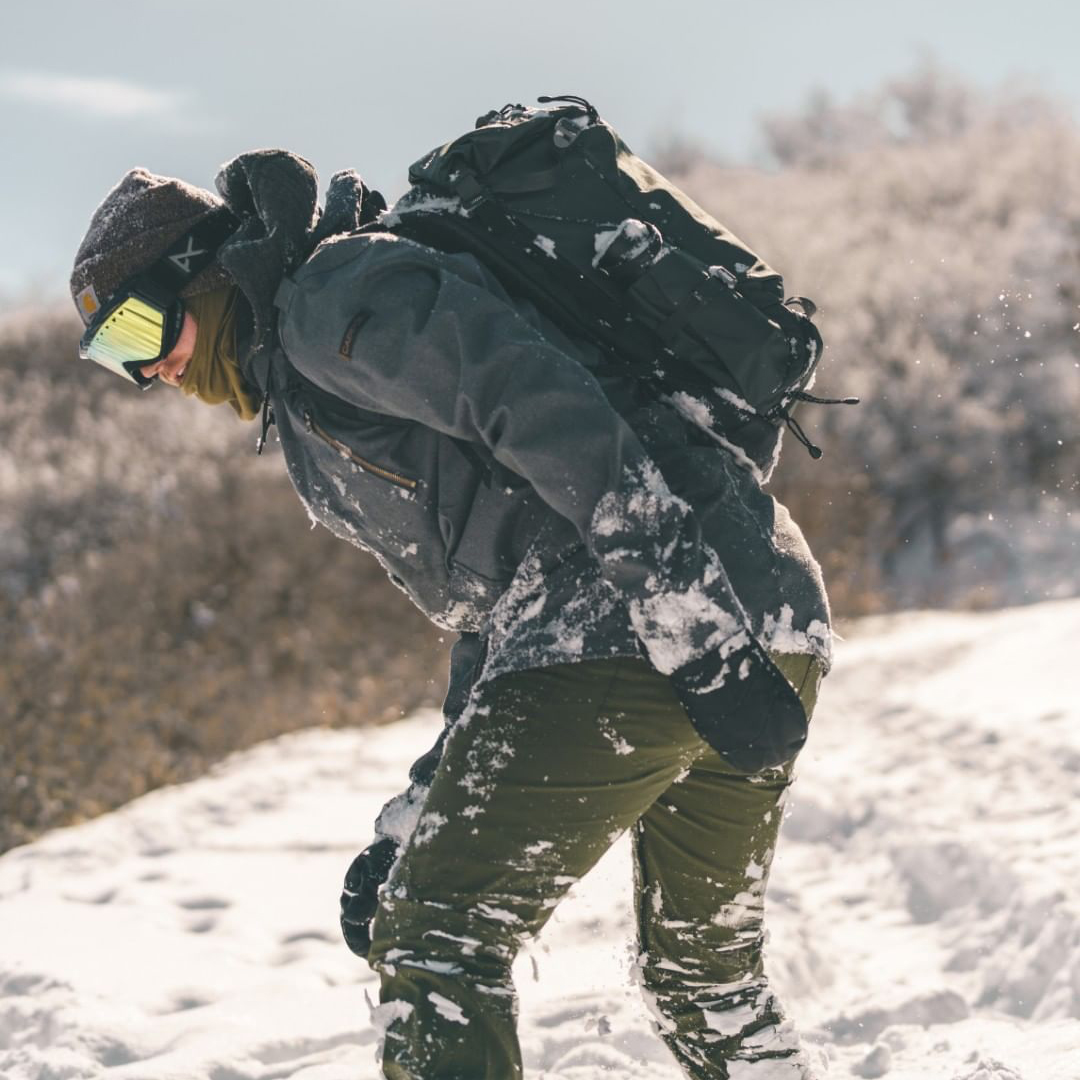 雨雪に強い、独自の防水素材。大自然への冒険で磨かれた衝撃吸収構造、アウトドアレジャーでも活躍する防水バックパック|LANDER