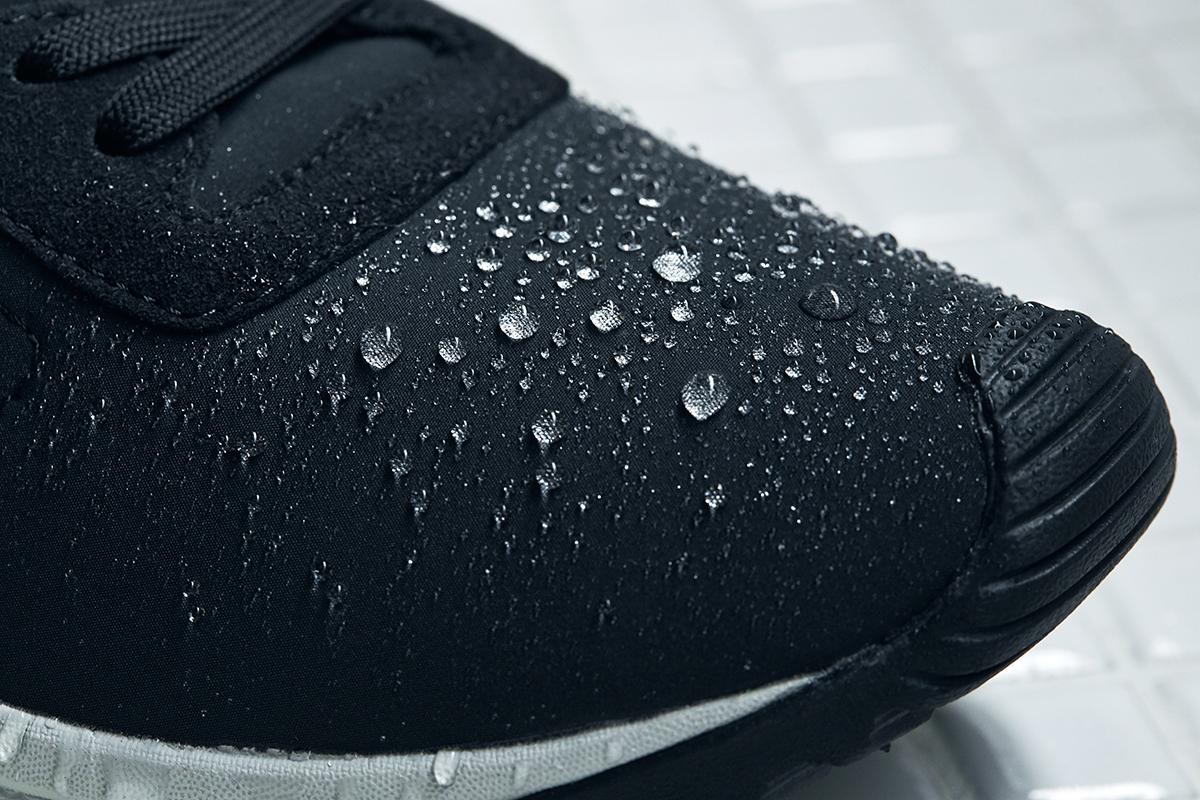 質感が滑らかなのに、汚れにくく、はっ水性を帯びているから、多少の雨なら弾く頼もしさ。ゴミが、繊維に生まれ変わる!再生素材を使った、これからの「サステナブルスニーカー」|ECOALF