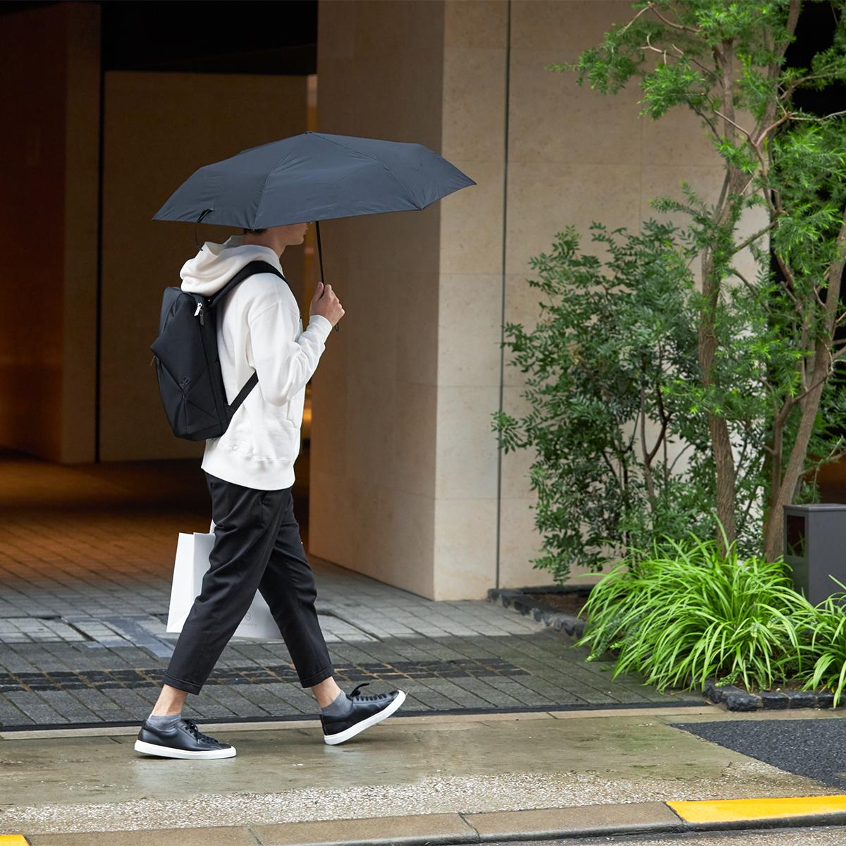 強風に耐え、開閉操作を繰り返しても壊れにくい。親指1本でカンタン開閉、なのに驚くほど軽い「ワンタッチ開閉式折りたたみ傘」|VERYKAL