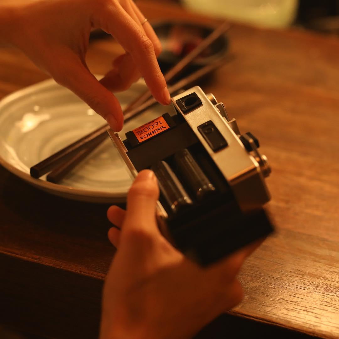 見た目は、昔ながらのフィルムそのもの。実は、「デジフィルム」は入れ替え自在のフィルター。トイデジカメ YASHICA