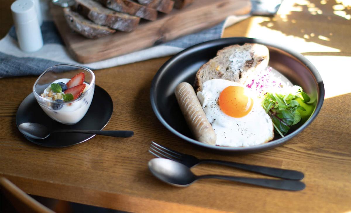 食材や料理を乗せるだけで、もてなしが完成。おいしい彩りをグッと引き出してくれる、スタイリッシュな黒染めステンレスの食器(お皿)|KURO(96)クロ