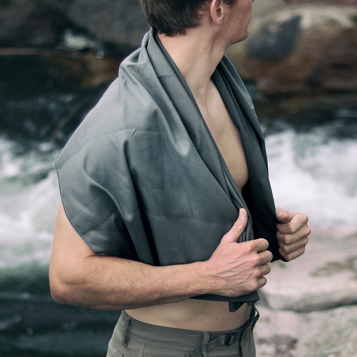 濡れた髪をターバン代わりに巻きつけやすい大判サイズだから、混雑した「海の家」でのシャワーやジムのシャワー後にも重宝する「ナノドライタオル」 | Matador NanoDry Shower Towel