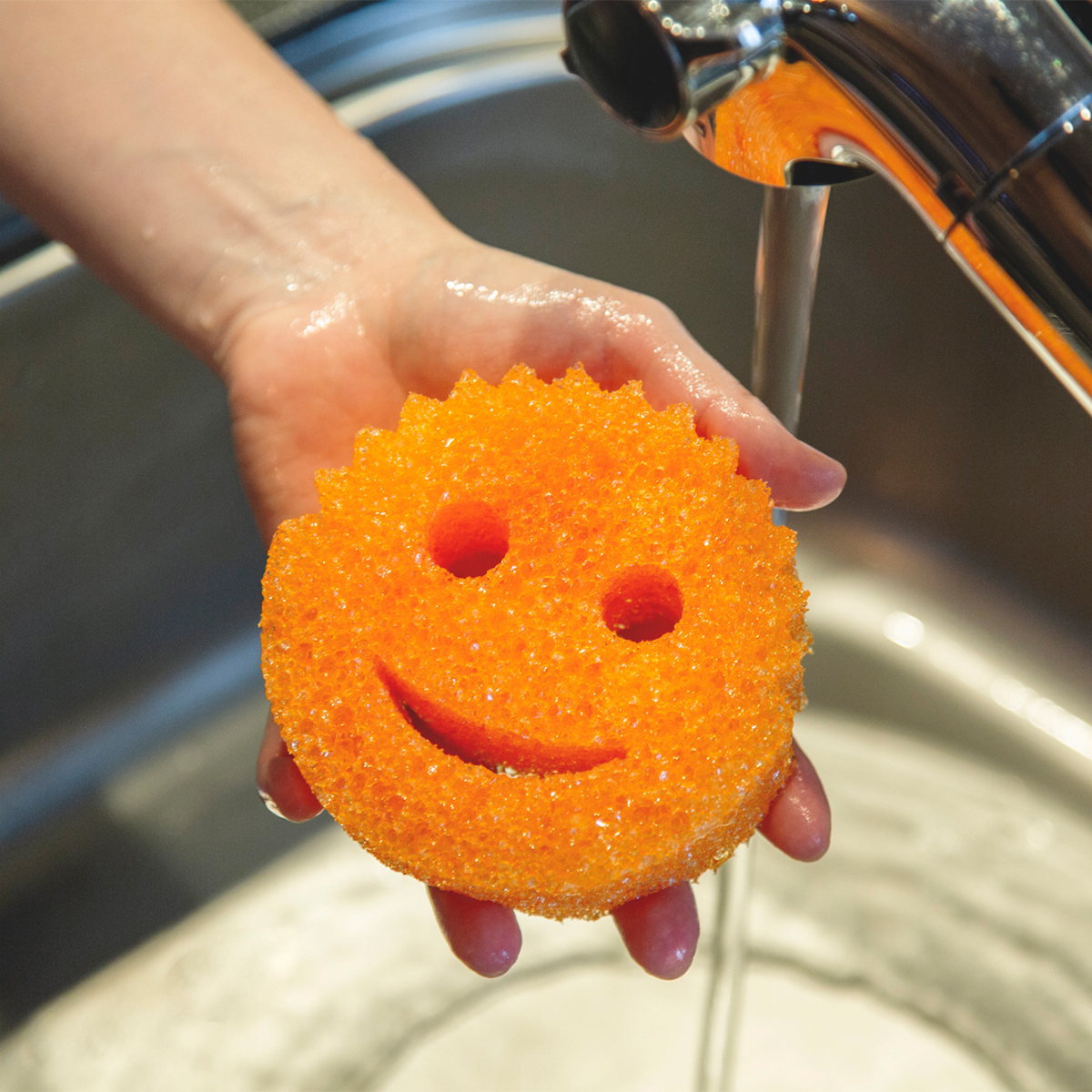 水切れがいい本品は、一時間ほどで速乾するから、カビも発生しにくくニオイ残りもほとんどない「洗浄スポンジ」|Scrub Daddy