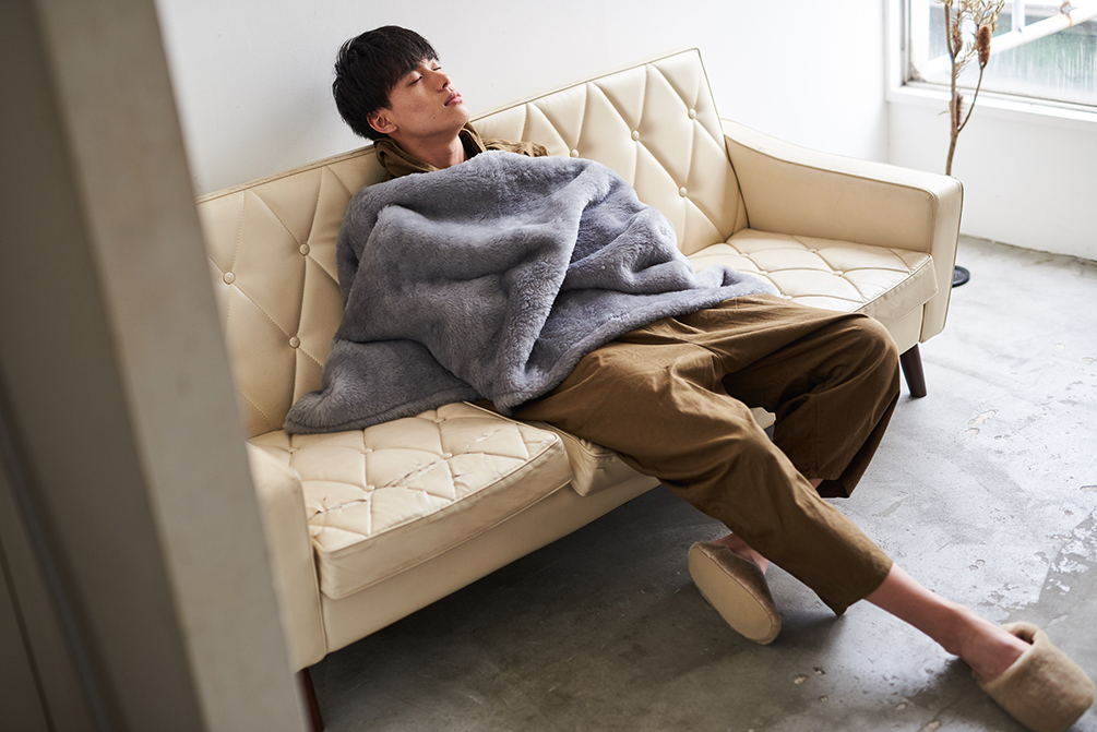 無地なのに、表情のあるグレーは、まるでモダンアートのよう。癒しグレーが叶える、あったか快眠空間。ふんわり毛足2cmのメリノウールが気持ちいい!軽い掛け心地の「毛布」|SERENE