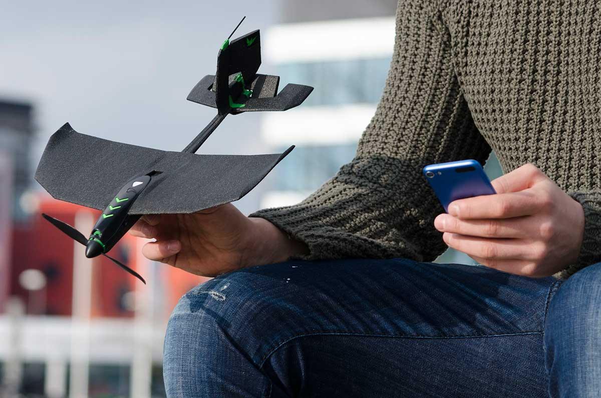 おもちゃ感覚でカンタンに飛ばせるのに耐久性も高い、誰もが飛ばせる、自由な飛行体験を楽しめる飛行機型ドローン|Toby Rich