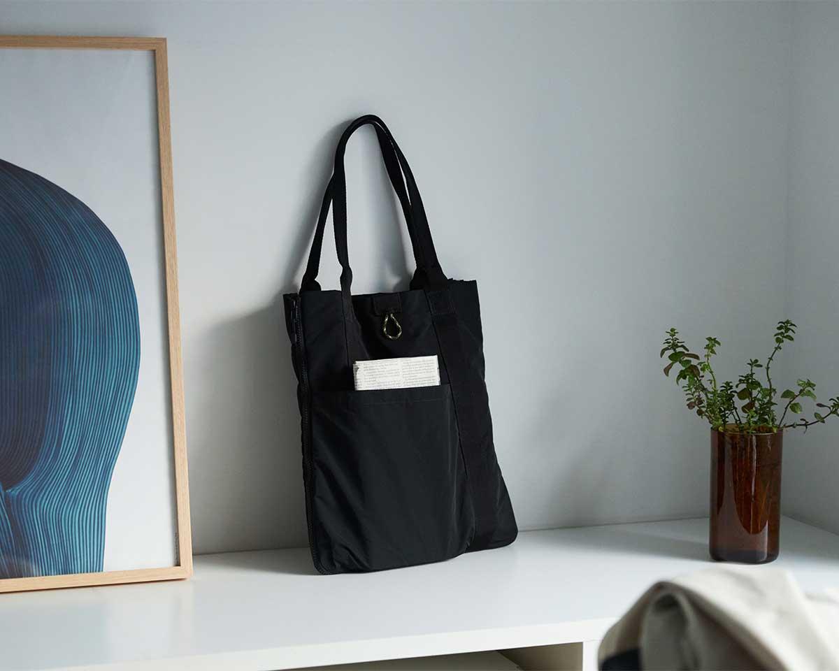 1.5cmの極薄なのに、荷物の配置がピタッと決まるから、スムーズに出し入れできる設計です。薄型トートバッグが大容量バッグに変身するバッグ|WARPトランスフォームジッパーバッグ