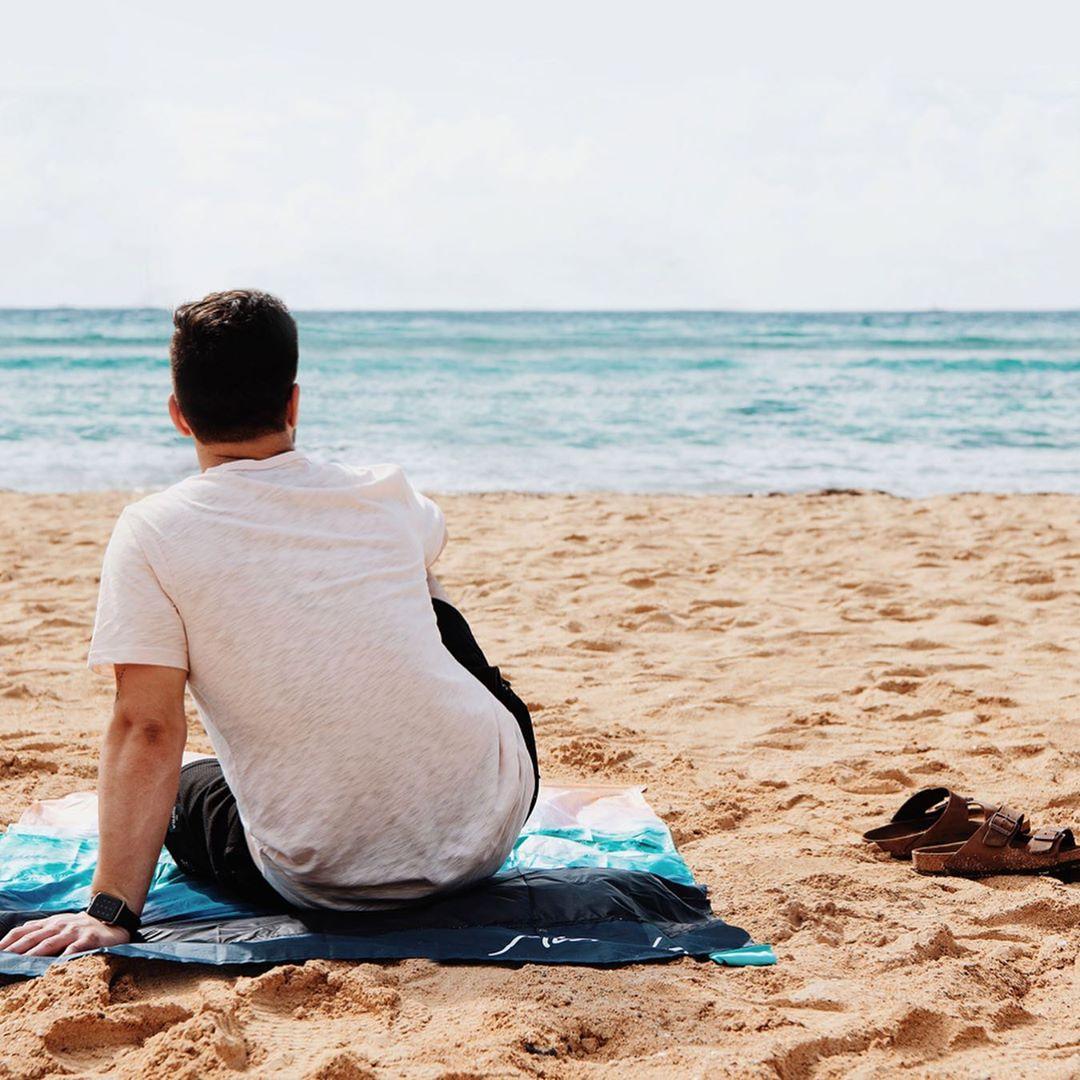 透明感あるターコイズブルーのグラデーション。広げるだけで、どこでもビーチ気分!手のひらサイズにたためる撥水仕様のレジャーシート「OCEAN」(夏限定) Matador POCKET BLANKET