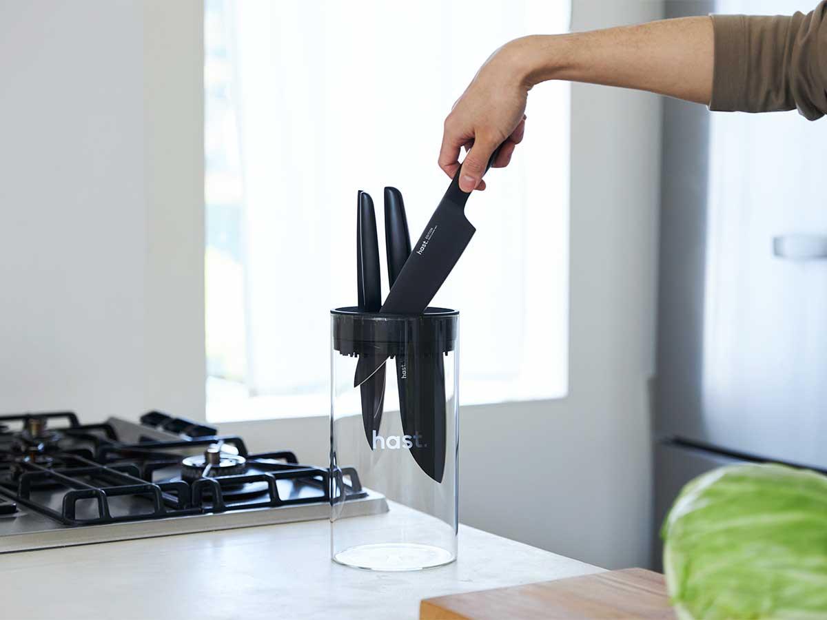 料理のはじまりは、食材を「切る」ことから。切り方次第で味も、見栄えも、効率も変わります。極薄刃でストレスフリーな切れ味、野菜・肉・魚に幅広く使える「包丁・ナイフ」|hast(ハスト)