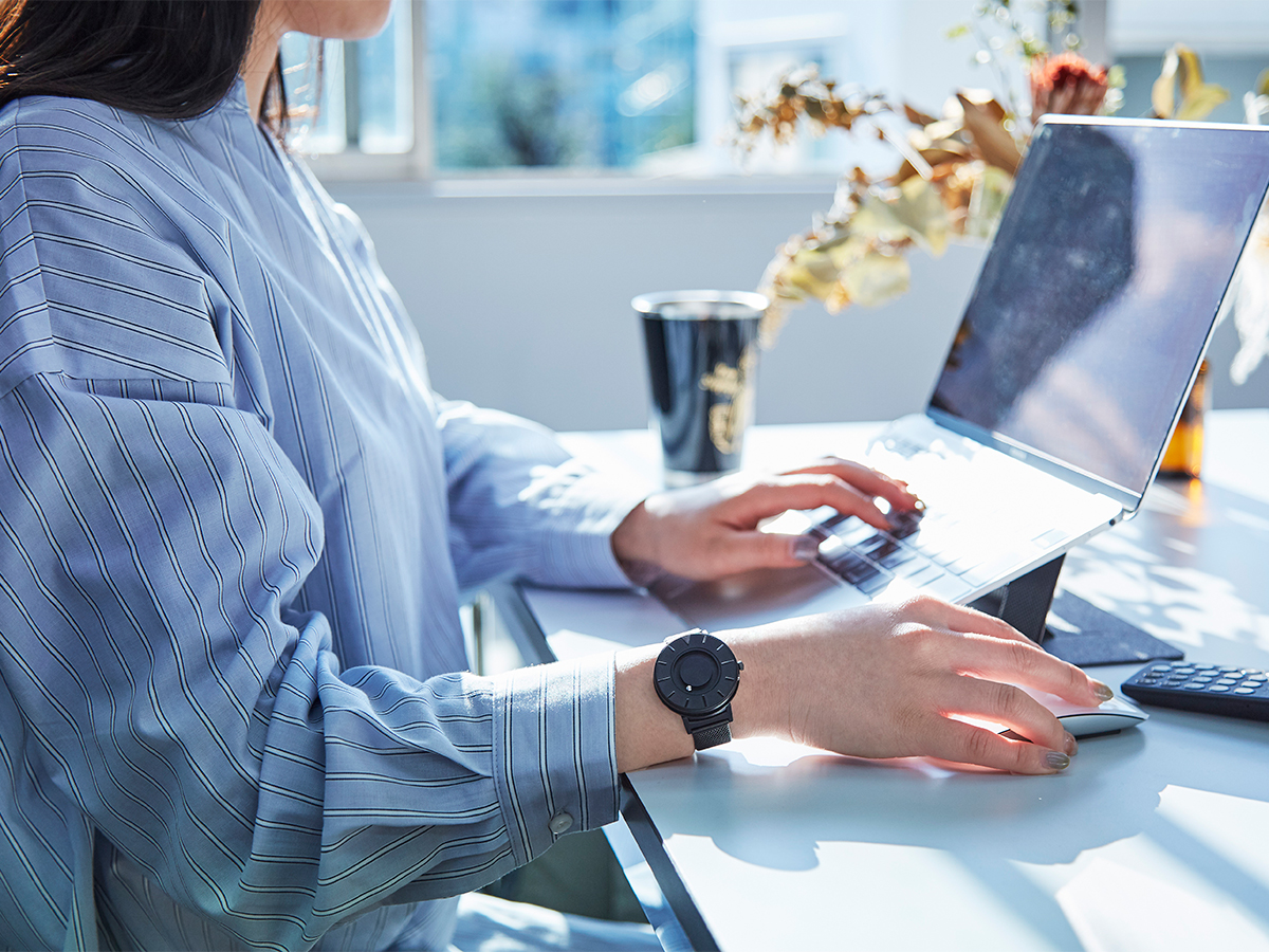 たとえ強く触っても磁力で元の位置に戻る構造だから、時計を壊す心配もなく、そのミニマムな美しさにも心を奪われます。腕元におさまるコンパクトな文字盤、軽やかな装着感のメッシュバンド。触って時間を知る「腕時計」| EONE